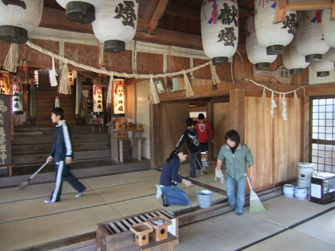 土江邇幣姫神社の清掃