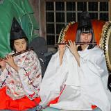 土江子ども神楽団の美女二人による笛